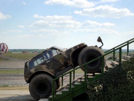 Нива с большими колесами на лестнице