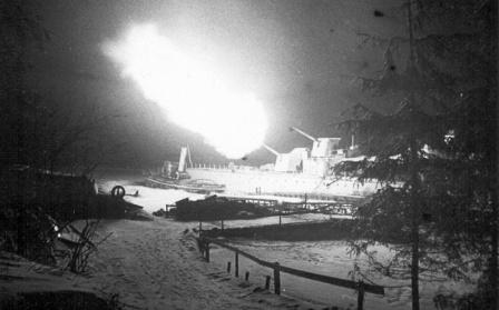 Эсминец «Опытный» ведет обстрел немецких позиций под Ленинградом