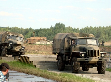 Два военных урала на полосе препятствий.