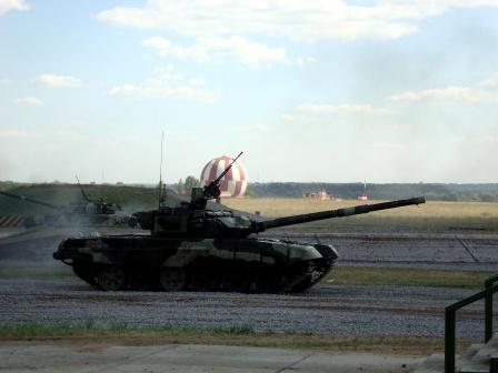 Танки на грунтовой дороге. Т-90 обои.