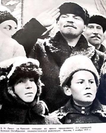 В.И. Ленин на Красной площади во время прадзнования 2-й годовщины революции.