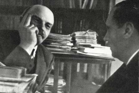 В.И.Ленин  в своем кабинете в Кремле   беседует с английским писателем  Гербертом Уэллсом.