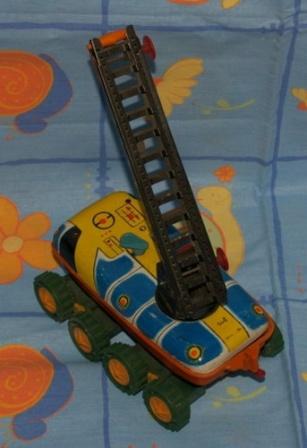 Детская игрушка, машинка с раздвижной лестницей.
