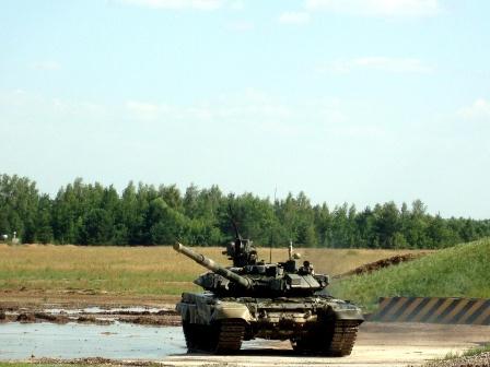 Фото танка Т-90 у лужи.