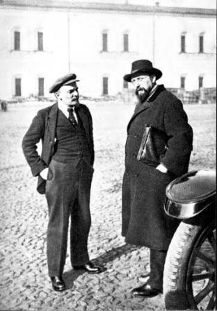 В.И.Ленин  В.И.Ленин и В.Д.Бонч-Бруевич  во дворе Кремля.  Москва, октябрь 1918 г.