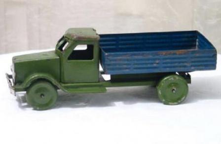 Игрушечный грузовик с металлическим кузовом.
