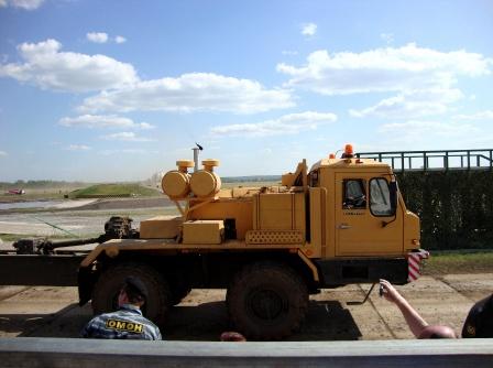 Оранжевый тягач, фото на рабочий стол.