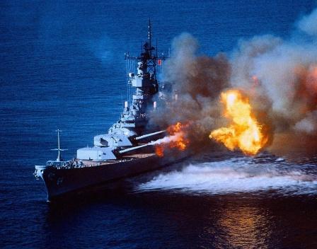 Обои на рабочий стол, корабль ведет огонь.