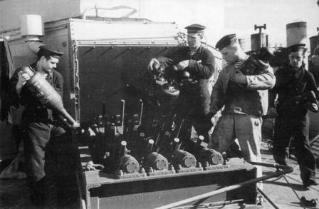 Заряжание многоствольной бомбометной установки «Хеджехог» на советском эсминце «Живучий»