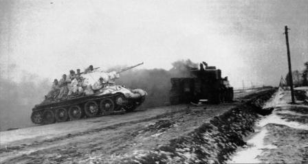 T-34 с танковым десантом на борту проходит мимо горящего Тигра I
