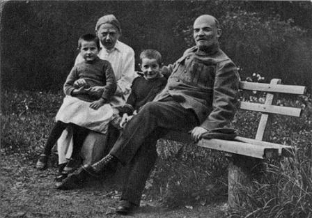 В. И. Ленин и Н. К. Крупская с племянником Ленина Виктором и дочерью дворника Верой в саду в Горках.