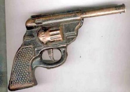 Советская игрушка револьвер. Полностью металлический.