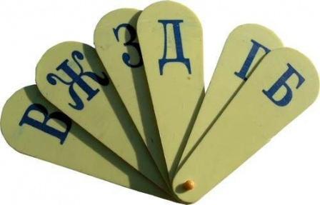 Буквы в виде пластикового веера.