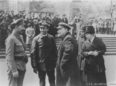Ленин общается, неформальное фото.