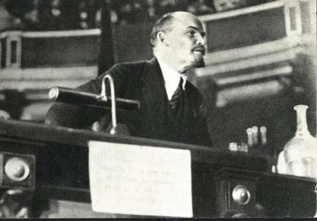 В.И.Ленин  выступает с  докладом о международном  положении на заседании   II конгресса Коминтерна.