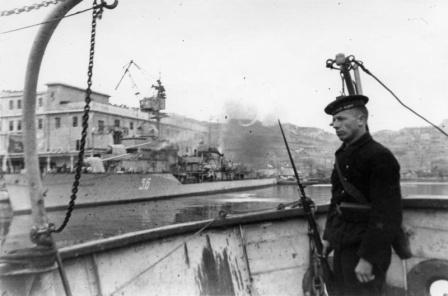 Эсминец «Свободный» в Севастополе ведет огонь