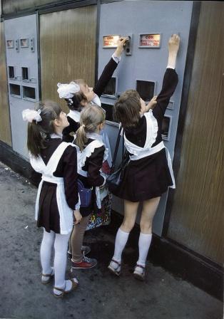 Дети и автомат с соком, фото СССР.
