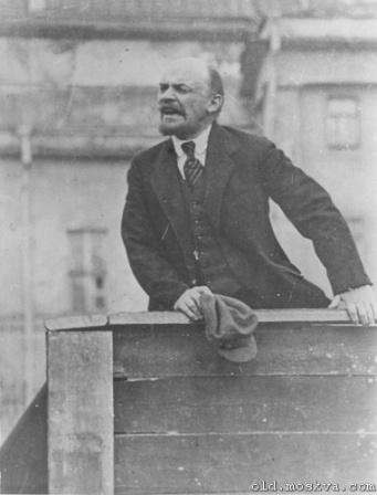 Ленин на деревянной трибуне.