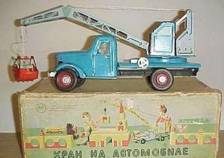 Кран на автомобиле, детская игрушка времен Советского Союза.