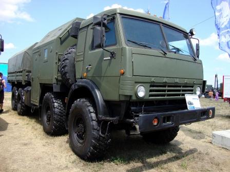 Камаз с прицепом на выставке военной техники.