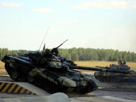 Танки Т-90 на полосе препятствий.
