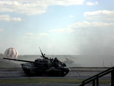 Танки в дыму, фото двух танков в дыму на рабочий стол.
