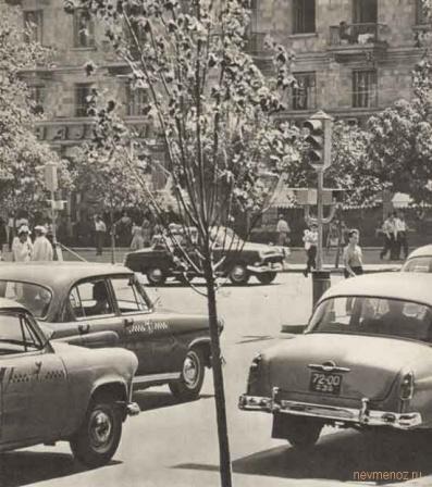 Автомобиле на парковке в СССР.