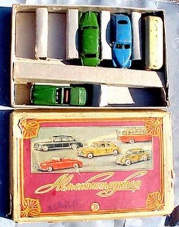 Коробка и игрушечными машинками, детские игрушки СССР.