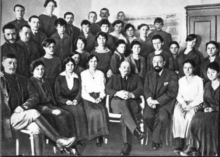 В.И.Ленин  в группе сотрудников  Секретариата Совета Народных Комиссаров  в Кремле.