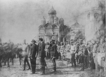 Ленин принимает парад XI выпуска командиров Первых московских советских пулеметных курсов в Кремле.