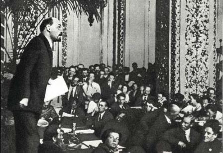 В.И.Ленин  произносит речь на заседании   III конгресса Коминтерна   в Андреевском зале Кремля.