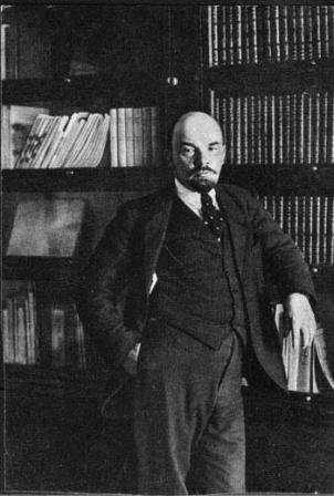 В.И.Ленин  у книжного шкафа   в своем кабинете в Кремле.   Москва, октябрь 1918 г.