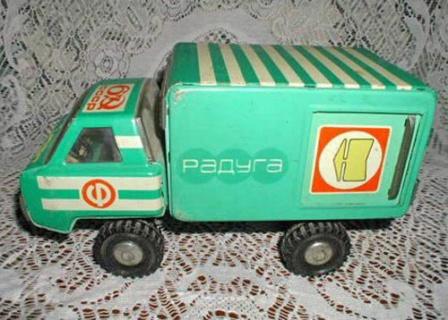 фото игрушечной машинки Радуга. Игрушечный грузовичек из СССР.