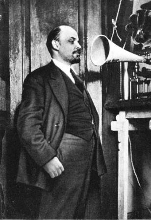 В.И.Ленин  перед звукозаписывающим аппаратом в Кремле.   Москва, 29 марта 1919 г.