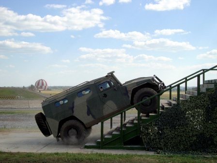 Автомобиль Тигр на лестнице, фото.