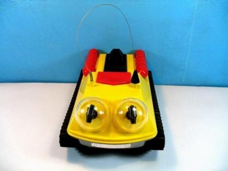 Другое фото игрушечной машинки.