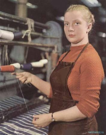 Девушка на швейной фабрике. СССР.