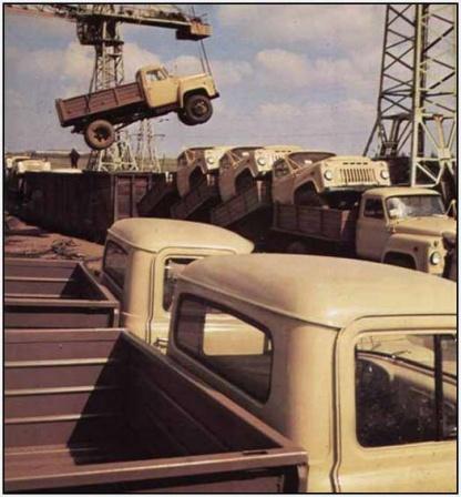 Выгружают готовые Советские грузовики.