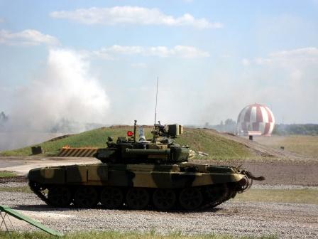 Танк Т-90 занял позицию и развернул башню.