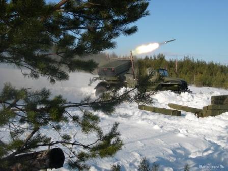 Реактивная артиллерийская установка на огневой позиции.