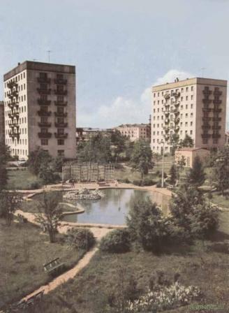 Пруд и детская площадка во дворе. СССР.