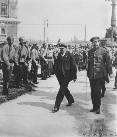 Ленин и военнослужащие. Неофициальное фото.