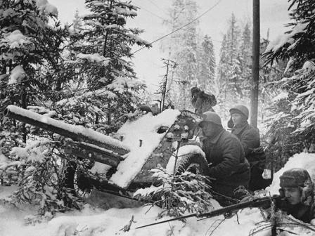 Советские артиллеристы с 45-мм пушкой в засаде