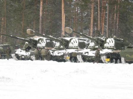 САУ в  лесу.  Самоходные артиллерийские установки в снегу.