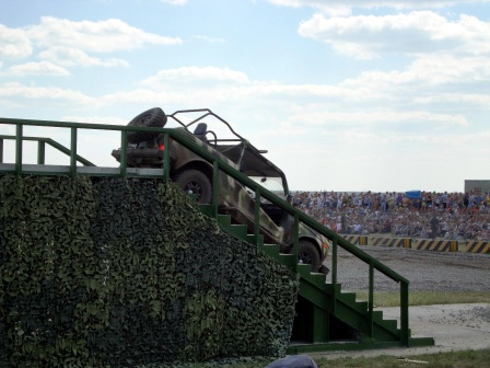 Автомобиль ннива с открытым верхом сьезжает по лестнице!