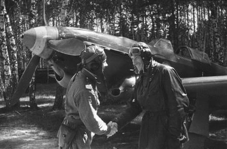 Летчик Семен Сибирин поздравляет своего французского коллегу Альбера Литтольфа с очередной победой