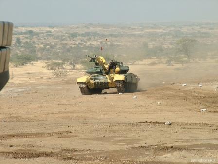 Танк Т-90 в пустыне.