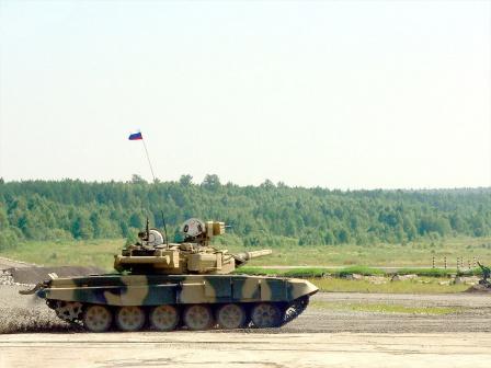 Российский танк в природных условиях.