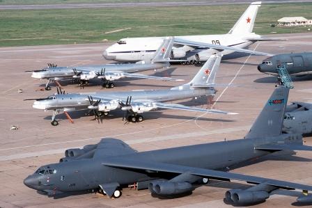 Ту-95МС рядом с B-52H «Стратокрепость»
