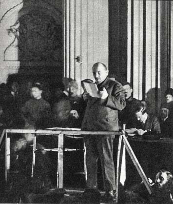 В.И.Ленин  выступает с речью на заседании  X съезда РКП(б)  в Свердловском зале Кремля.